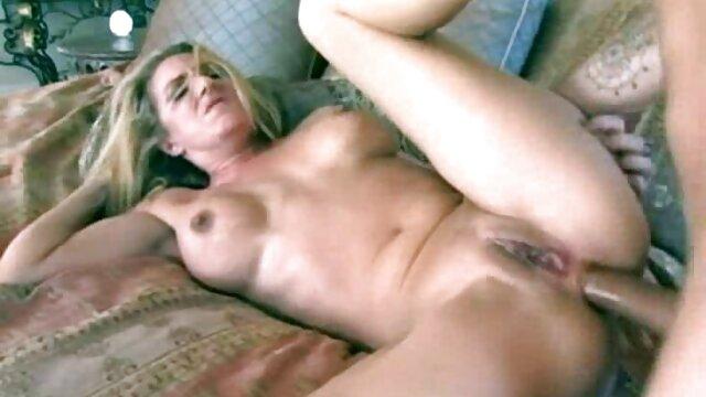 A MILF pervertida faz um trabalho melhores vídeos de porno brasileiro de pés!